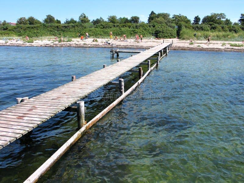 海滩乐趣-与码头的海滩 免版税库存照片