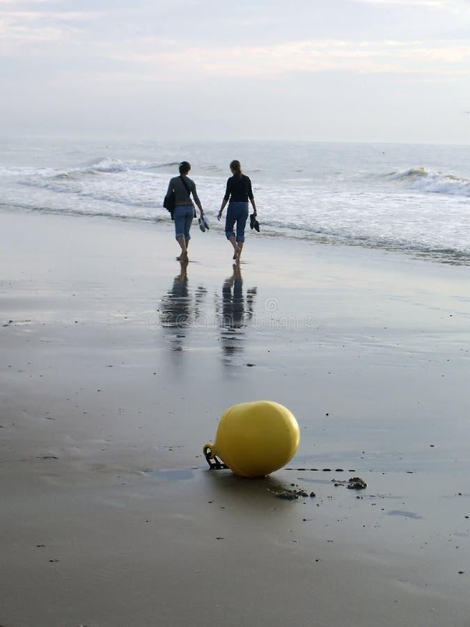 海滩二妇女 库存图片