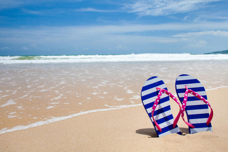海滩五颜六色的塑胶人字平底拖鞋对海运 图库摄影