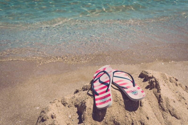 海滩五颜六色的塑胶人字平底拖鞋对海运 vacantion的概念 库存照片