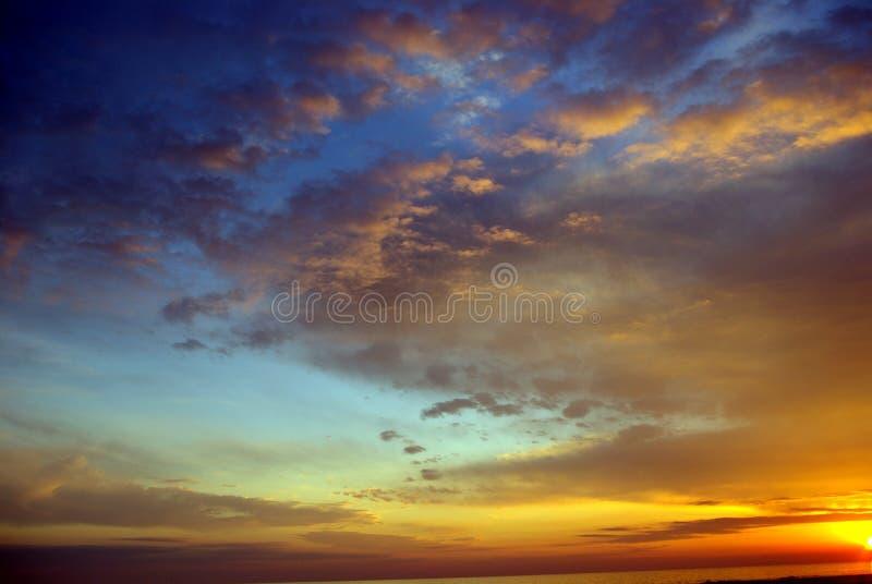 海滩五颜六色的日落 免版税库存图片