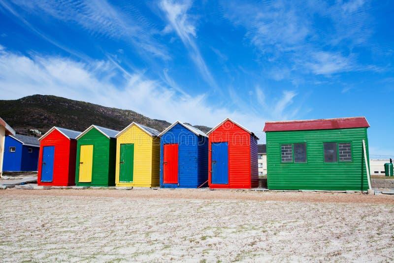 海滩五颜六色的村庄 免版税库存图片