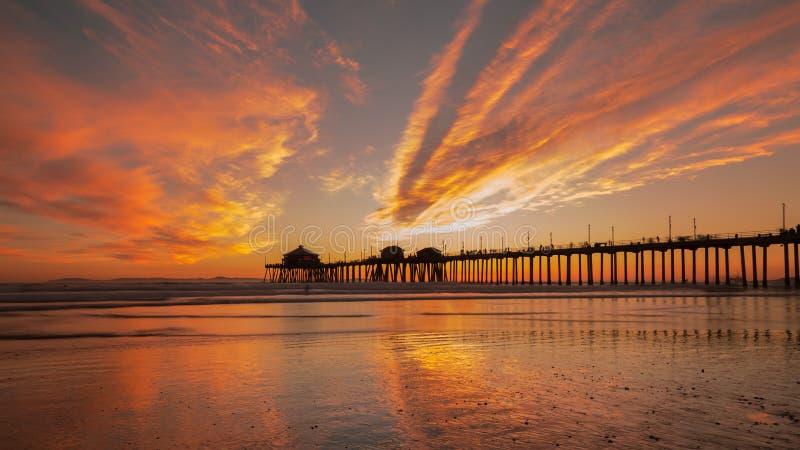 海滩亨廷顿码头日落 精采橙色冬天日落 免版税库存照片