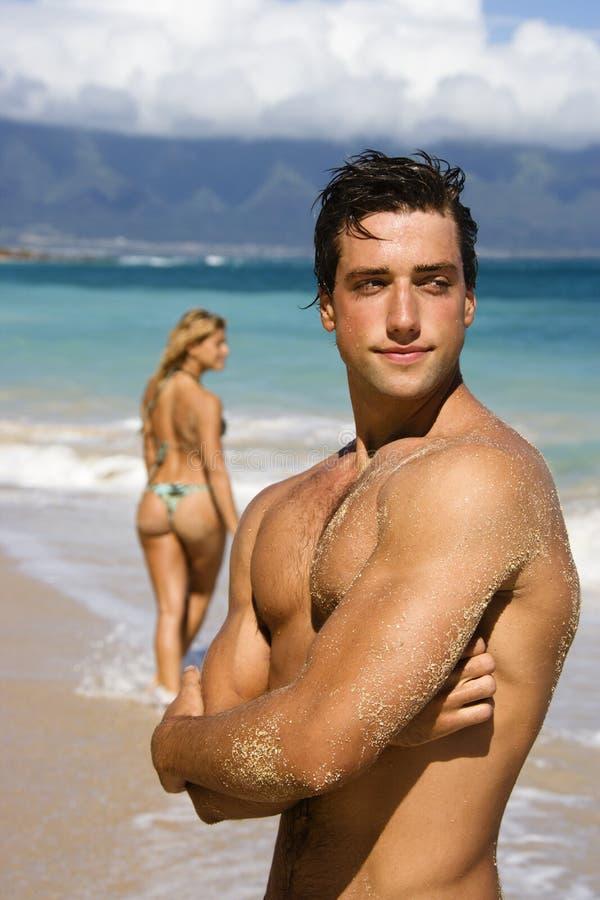 海滩人摆在 免版税库存照片