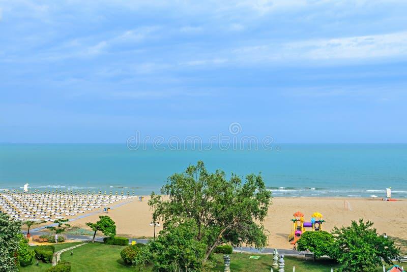 海滩从Albena,有金黄沙子的保加利亚的黑海,蓝色 免版税库存照片