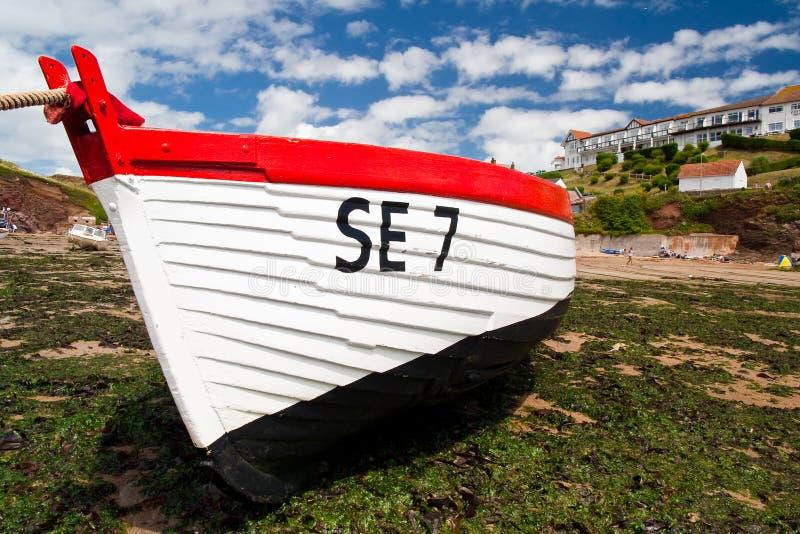 海滩停泊处小船钓鱼低潮的德文郡 免版税库存图片
