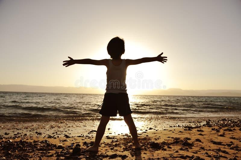 海滩儿童剪影 库存照片