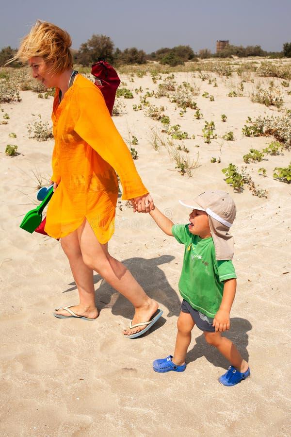 海滩儿童哭泣的离开 库存照片