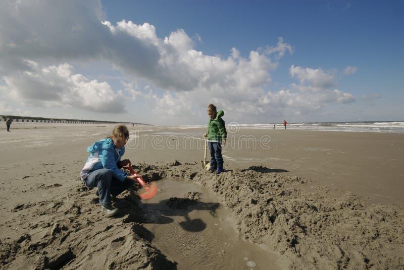 海滩儿童开掘 免版税图库摄影