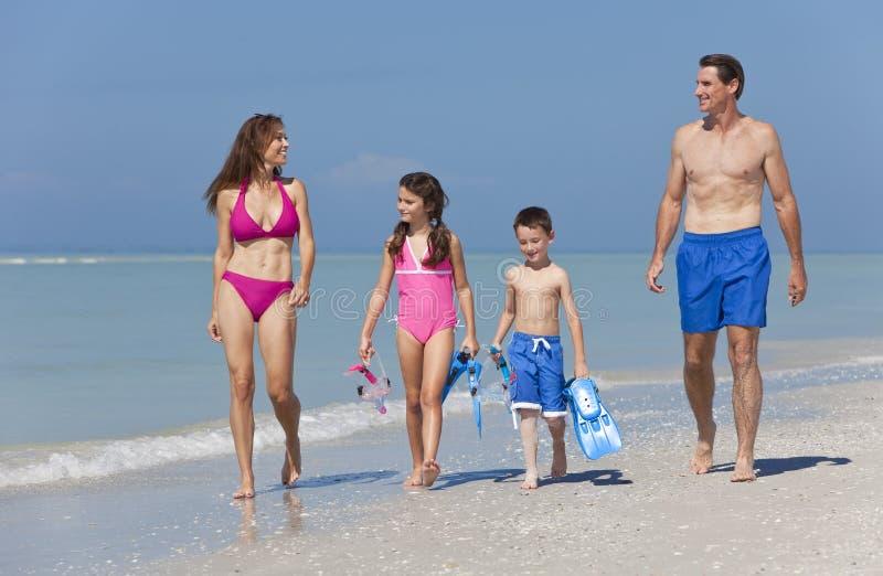 海滩儿童系列父亲母亲走 免版税图库摄影