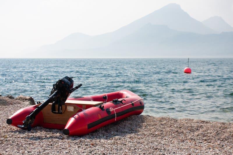 海滩充气救生艇 免版税库存图片