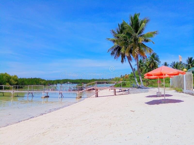 海滩前令人敬畏的白色的沙子 免版税库存照片