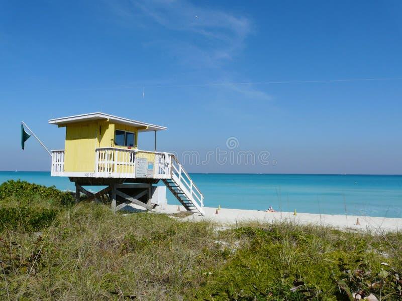 海滩前房子 免版税库存图片