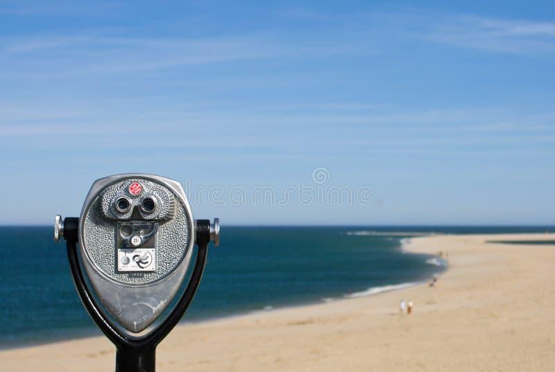 海滩双筒望远镜硬币观察运行 免版税库存图片