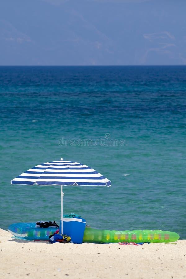 海滩含沙伞 免版税库存照片