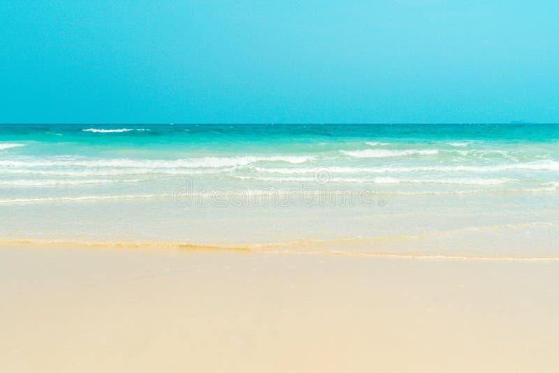 海滩含沙热带 昂斯市乔其纱,普拉兰岛海岛 免版税库存照片