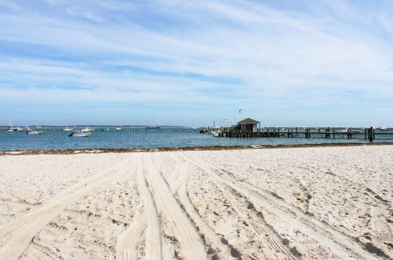 海滩和一点小游艇船坞在肯尼迪化合物附近在Hyannis口岸在鳕鱼角有小船的在水和风冲浪者dis的 免版税库存照片