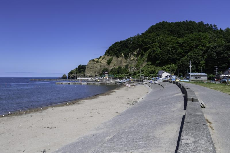 海滩和山曲线在海附近在晴天 库存图片