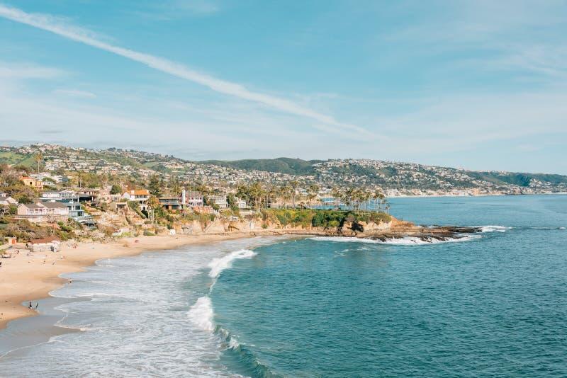 海滩和峭壁看法在新月形海湾,从新月形海湾点公园,在拉古纳海滩,加利福尼亚 免版税库存照片