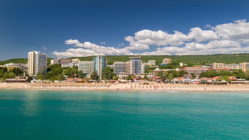 海滩和旅馆的看法金黄沙子的, Zlatni Piasaci 在瓦尔纳,保加利亚附近的普遍的避暑胜地 免版税图库摄影