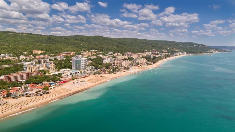 海滩和旅馆的鸟瞰图金黄沙子的, Zlatni Piasaci 在瓦尔纳,保加利亚附近的普遍的避暑胜地 免版税库存图片