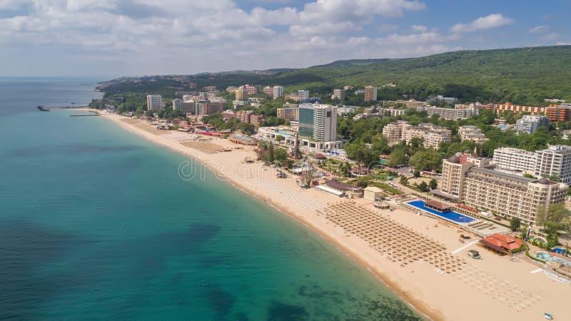 海滩和旅馆的鸟瞰图金黄沙子的, Zlatni Piasaci 在瓦尔纳,保加利亚附近的普遍的避暑胜地 免版税图库摄影