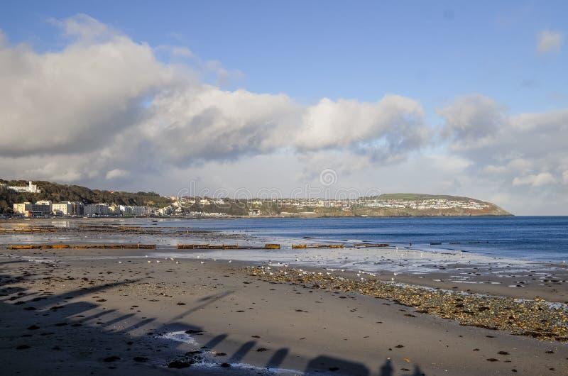 海滩和海岸线风景视图在曼岛 免版税库存图片