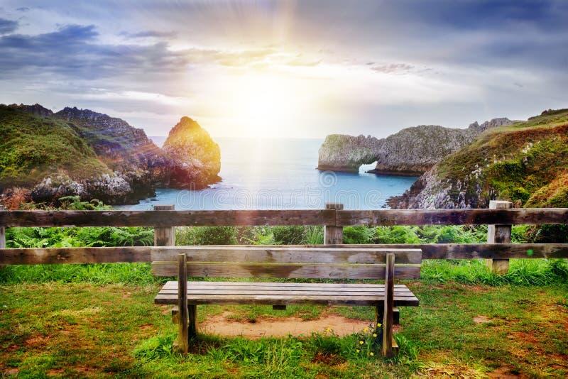 海滩和海岸美好的风景与山和植被 海岸和峭壁印象深刻的场面在坎塔布里亚,西班牙 ? 免版税图库摄影