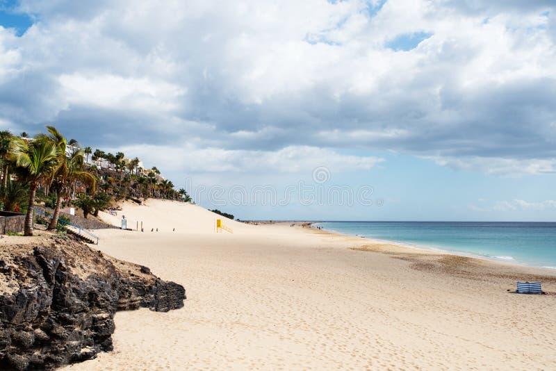 海滩和海洋Morro的Jable, Jandia在费埃特文图拉岛 免版税库存照片
