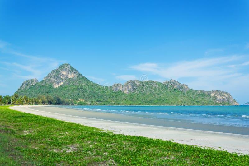 海滩和海运有山背景 库存照片