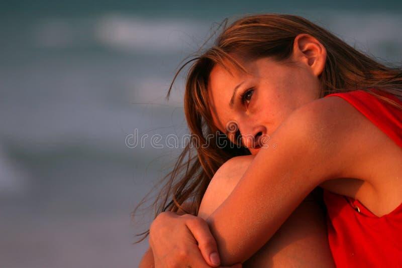 海滩哀伤的妇女 免版税库存照片