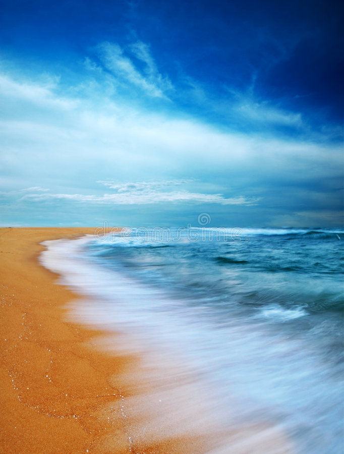 海滩喜怒无常的天空 免版税库存图片