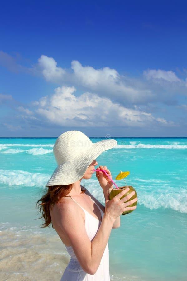海滩喝新鲜的妇女的鸡尾酒椰子 库存照片