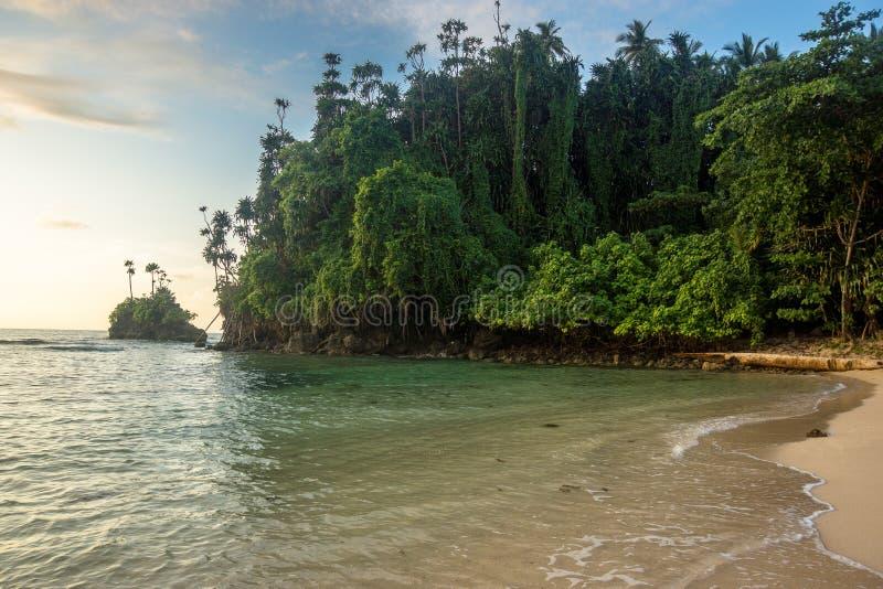 海滩在巴布亚新几内亚 库存照片