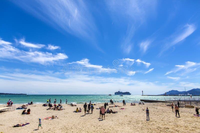 海滩在戛纳 戛纳,法国,彻特d ` Azur - 2018年4月30日:海滩在戛纳 地中海,海滩在法国 Peopl 图库摄影