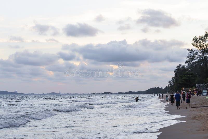 海滩在晚上许多步行者 免版税库存照片