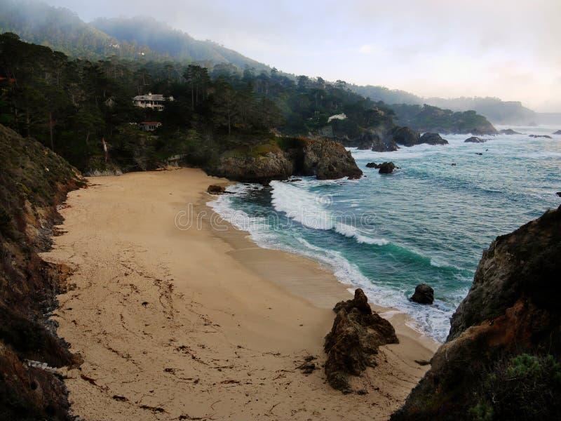 海滩在海洋风暴附近的加利福尼亚carmel 库存图片