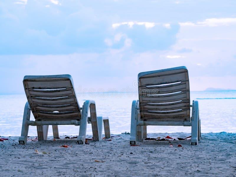 海滩在热带海海滩背景的躺椅在夏天风景 库存图片