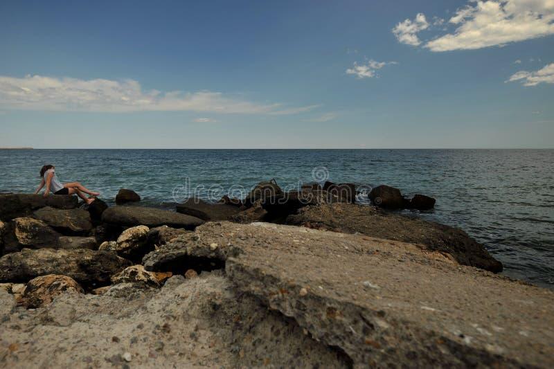 海滩在罗马尼亚,黑海在有妇女的康斯坦察市岸的 库存照片