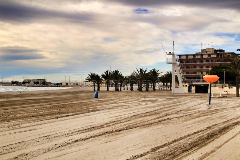 海滩在风雨如磐的天空下 免版税图库摄影