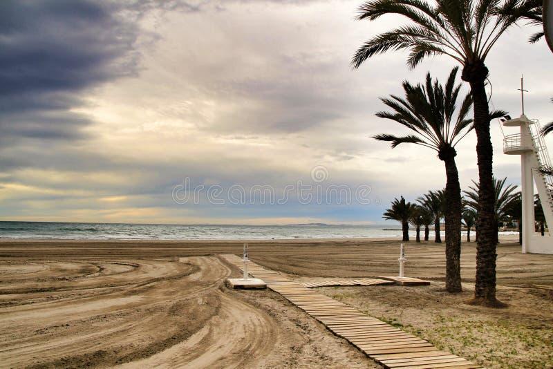 海滩在风雨如磐的天空下 图库摄影