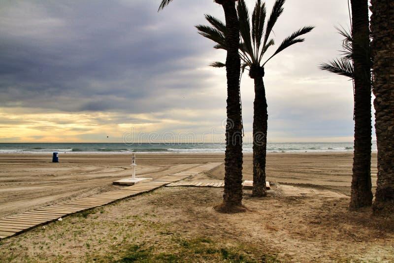 海滩在风雨如磐的天空下 免版税库存照片