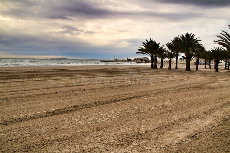 海滩在风雨如磐的天空下 免版税库存图片