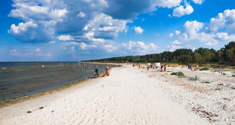 海滩在Jaunkemeri,在Jurmala市附近,拉脱维亚 免版税库存图片