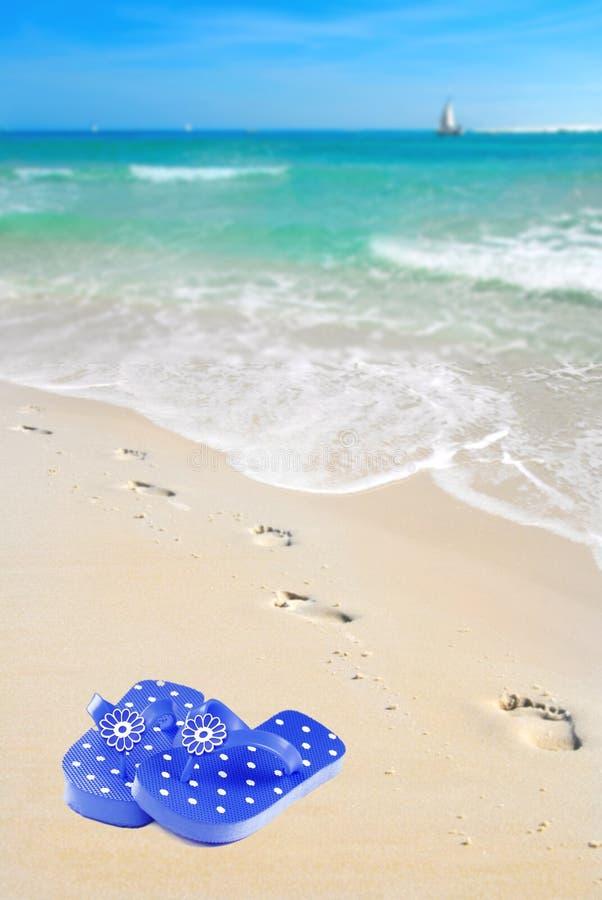海滩塑胶人字平底拖鞋脚印 免版税库存图片