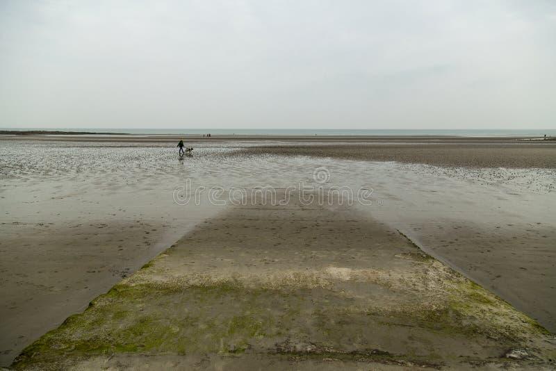 海滩处于低潮中在北部法国海岸的棚d'opale 库存图片