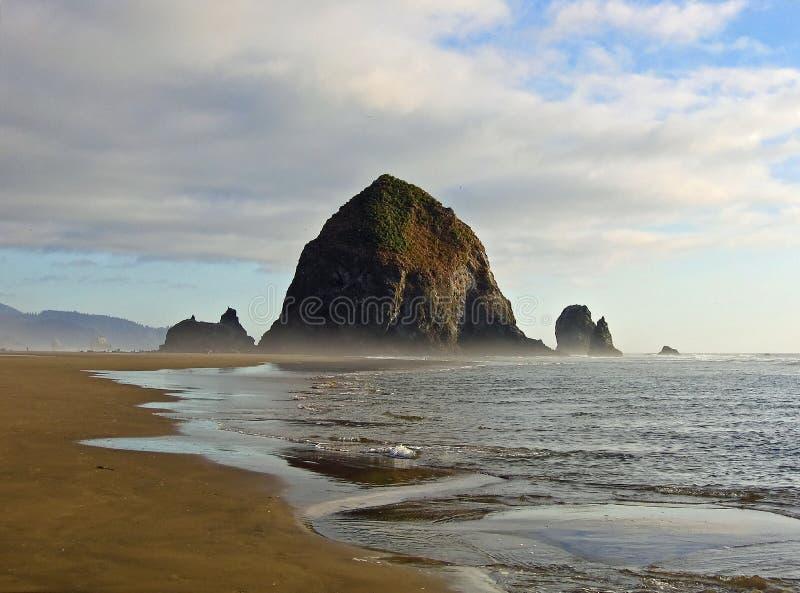 海滩大炮haytack俄勒冈岩石 库存照片