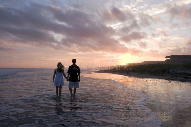 海滩夫妇年轻人 库存图片