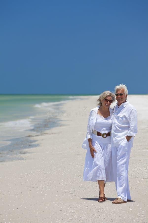 海滩夫妇愉快笑的高级热带 免版税库存照片