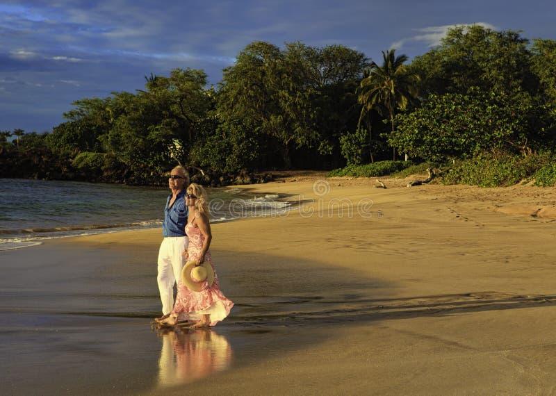 海滩夫妇毛伊走 免版税库存照片